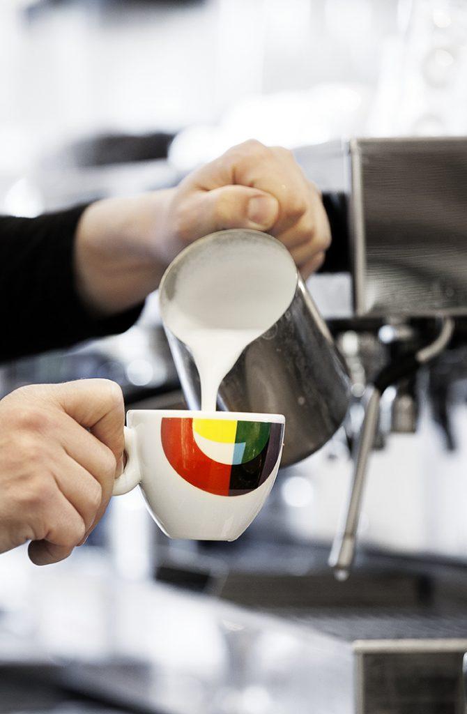 brasserie-de-joffers-koffie-inschenken-1600px